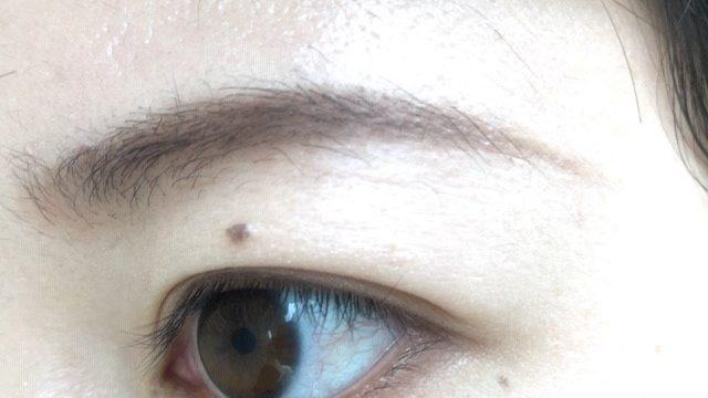 アイブロウパウダーで描いた眉毛