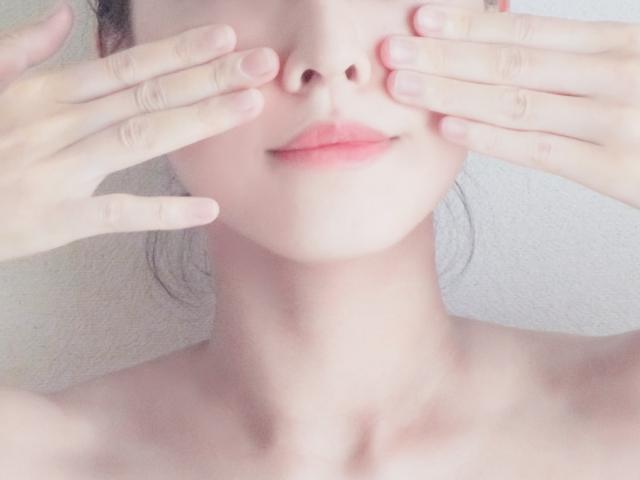 頬をケアする女性
